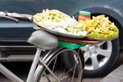 Cykel med frukter Royaltyfri Bild