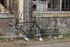 Cykel med väggen bredvid gatan royaltyfri fotografi