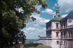Cykel nära gammal slott Arkivbild