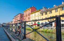 Cykel nära räcket av Naviglio den stora storslagna kanalen, Milan, Italien royaltyfri fotografi