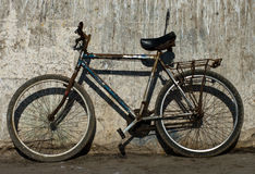 cykel nära den gammala rostiga väggen royaltyfria foton