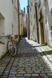 Cykel och bakgata arkivfoton