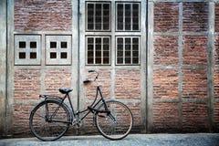 Cykel och byggnad arkivbilder