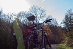 cykel och cyklister som rider på ett bikeway i hösten november royaltyfria foton