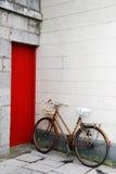 Cykel och dörr Royaltyfri Fotografi