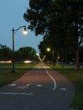 Cykel och gåbana i Victory Memorial Park på natten royaltyfri fotografi