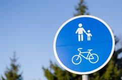Cykel- och gångaregrändvägmärke i blått Arkivfoto