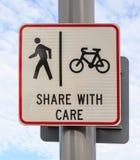 Cykel- och gångaregrändvägmärket på pol postar, cyklar att cykla Arkivfoto