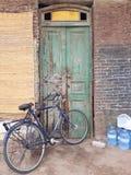 Cykel och gammal dörr arkivfoton