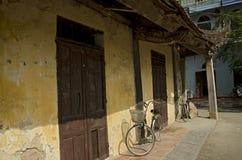 Cykel och gammalt hus i Ninh Binh Royaltyfria Foton
