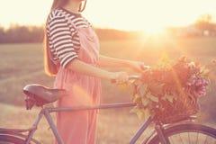 Cykel och korg av blommor Arkivfoto