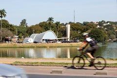 Cykel och kyrka av Pampulha Arkivfoto