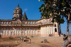 Cykel och motorcykeln mot templet Royaltyfri Fotografi
