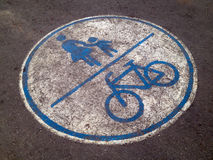 Cykel och ungar som är symboliska på cykelgränd Royaltyfri Foto