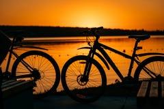 Cykel på bakgrunden av en solnedgång royaltyfria bilder
