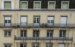 Cykel på balkong av flerfamiljshuset Arkivbild