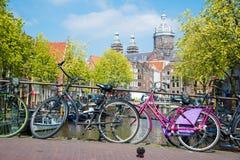 Cykel på bron för kanal för stadsgataflod i Amsterdam fotografering för bildbyråer