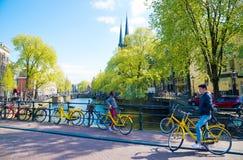 Cykel på bron för kanal för stadsgataflod i Amsterdam royaltyfri foto