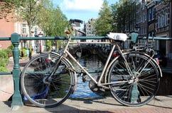 Cykel på den Amsterdam kanalen Royaltyfri Fotografi