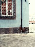 Cykel på den blåa väggen Royaltyfria Bilder