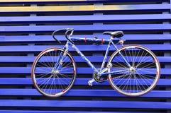 Cykel på den wood väggen Fotografering för Bildbyråer
