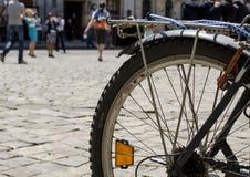 Cykel på en stadsgata Royaltyfri Bild