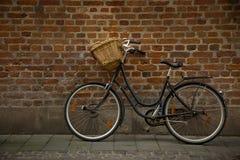 Cykel på en vägg Arkivbild