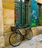 Cykel på gator av Paris nära grafitti royaltyfri foto