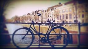 Cykel på kanalen, Amsterdam, Nederländerna Royaltyfri Fotografi