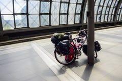 Cykel på plattformen på Berlin Hauptbahnhof Royaltyfri Fotografi