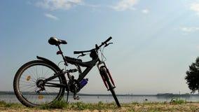Cykel på stranden stock video