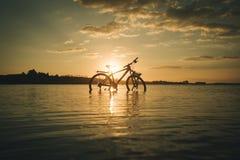Cykel på stranden Arkivbild