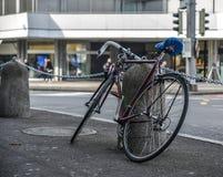 Cykel p? gatan i Luzern, Schweiz royaltyfri foto