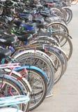 cykel parkerad skola Arkivbilder