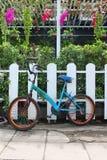 Cykel som åldras på ett Wood staket royaltyfri foto