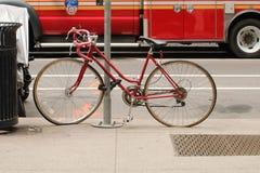 Cykel som binds till en teckenpol Arkivfoto