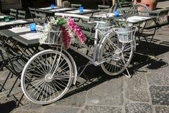 Cykel som dekoreras med dekorativa blommor och lavendelblommor Royaltyfri Fotografi