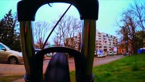 Cykel som fortskrider stadsgator stock video