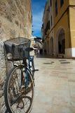 Cykel som kastas mot väggen Arkivbild