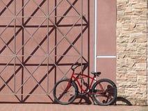 Cykel som kedjas fast till en vägg Royaltyfri Bild