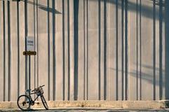 Cykel som kedjas fast till gatatecknet Arkivfoto