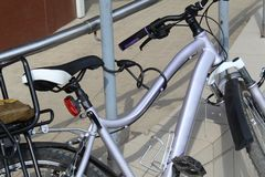 Cykel som kedjas fast till räcket på en stadsgata royaltyfria bilder