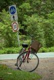 Cykel som längs vägen parkeras arkivbilder