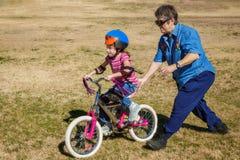 cykel som lärer ritt till Royaltyfri Fotografi