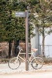 Cykel som låsas på vägmärke Arkivfoto