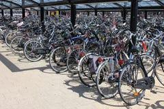 cykel som parkerar mycket Royaltyfria Bilder
