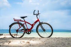Cykel som parkeras av havet royaltyfri fotografi