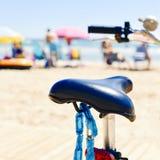Cykel som parkeras bredvid havet Arkivbilder