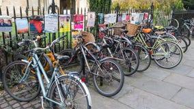 Cykel som parkeras i Cambridge UK Royaltyfri Bild