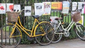 Cykel som parkeras i Cambridge UK Royaltyfri Fotografi